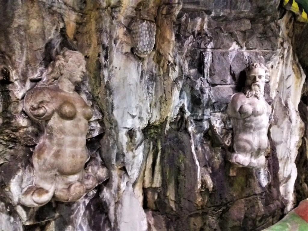 Греческие скульптуры на стенах Стокгольмского метро