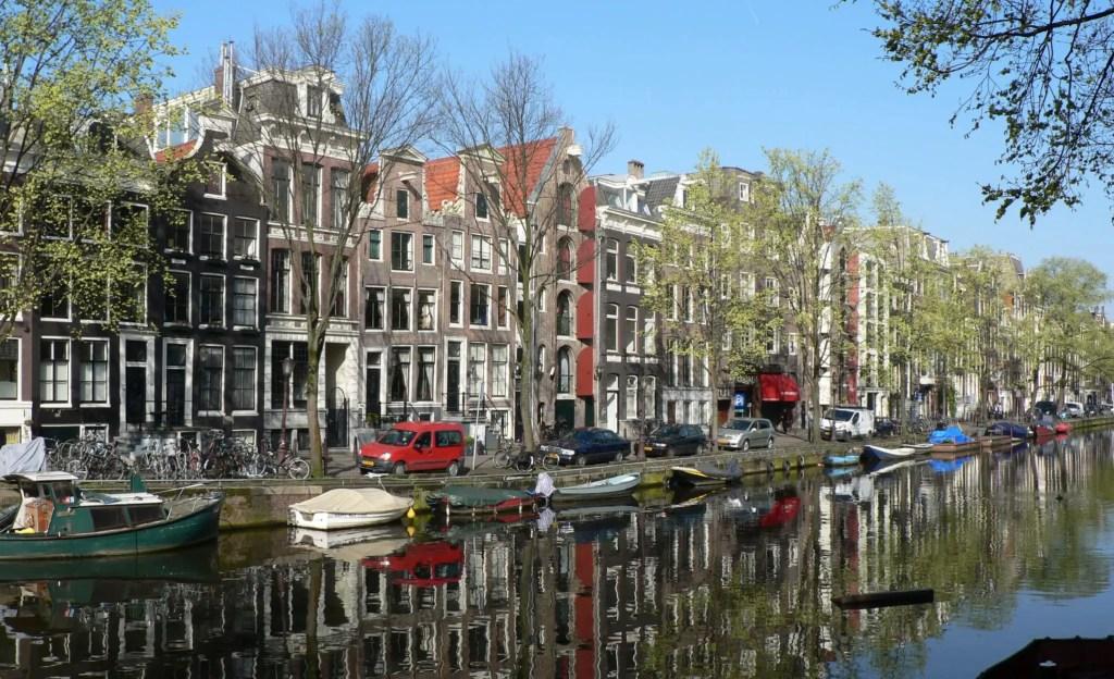 Канал и кораблики в Амстердаме