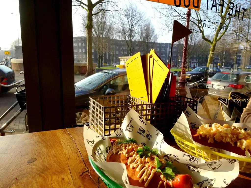 Большой хот дог в районе Де Пийп, Амстердам