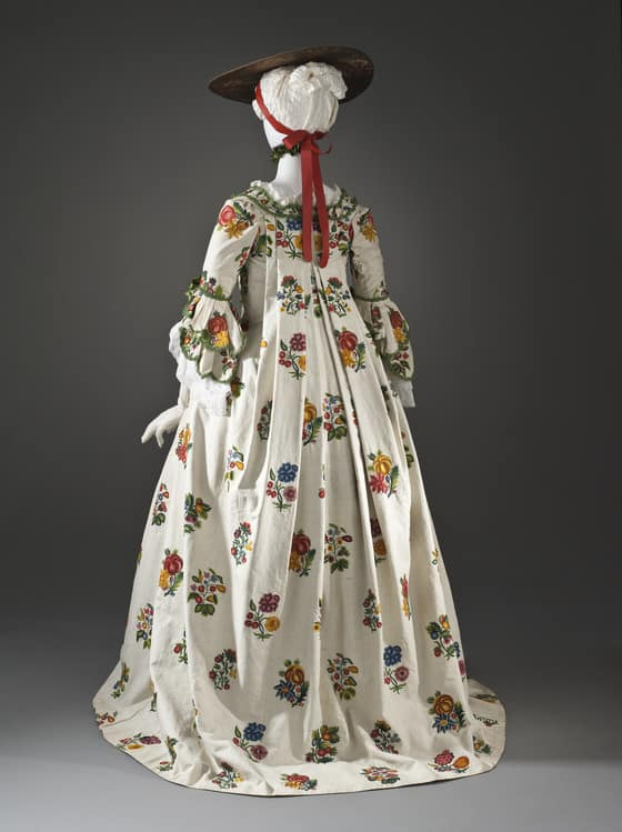 Crewelwork Linen Gown inspiration - back of gown held at LACMA