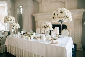 elegancka i wytworna biała dekoracja przyjęcia