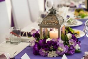 elegencka dekoracja przyjęcia utrzymana w kolorze fioletowo-białym