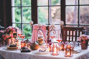 świąteczna, różowo-biała dekoracja przyjęcia