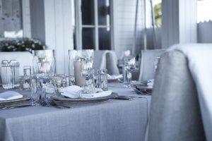elegencka i nowoczena dekoracja stołu w kolorze szaro-białym