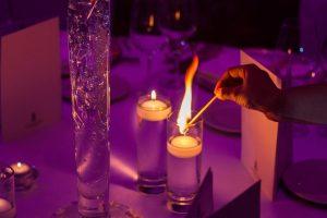 nastrojowe światło świec podczas przyjęcia