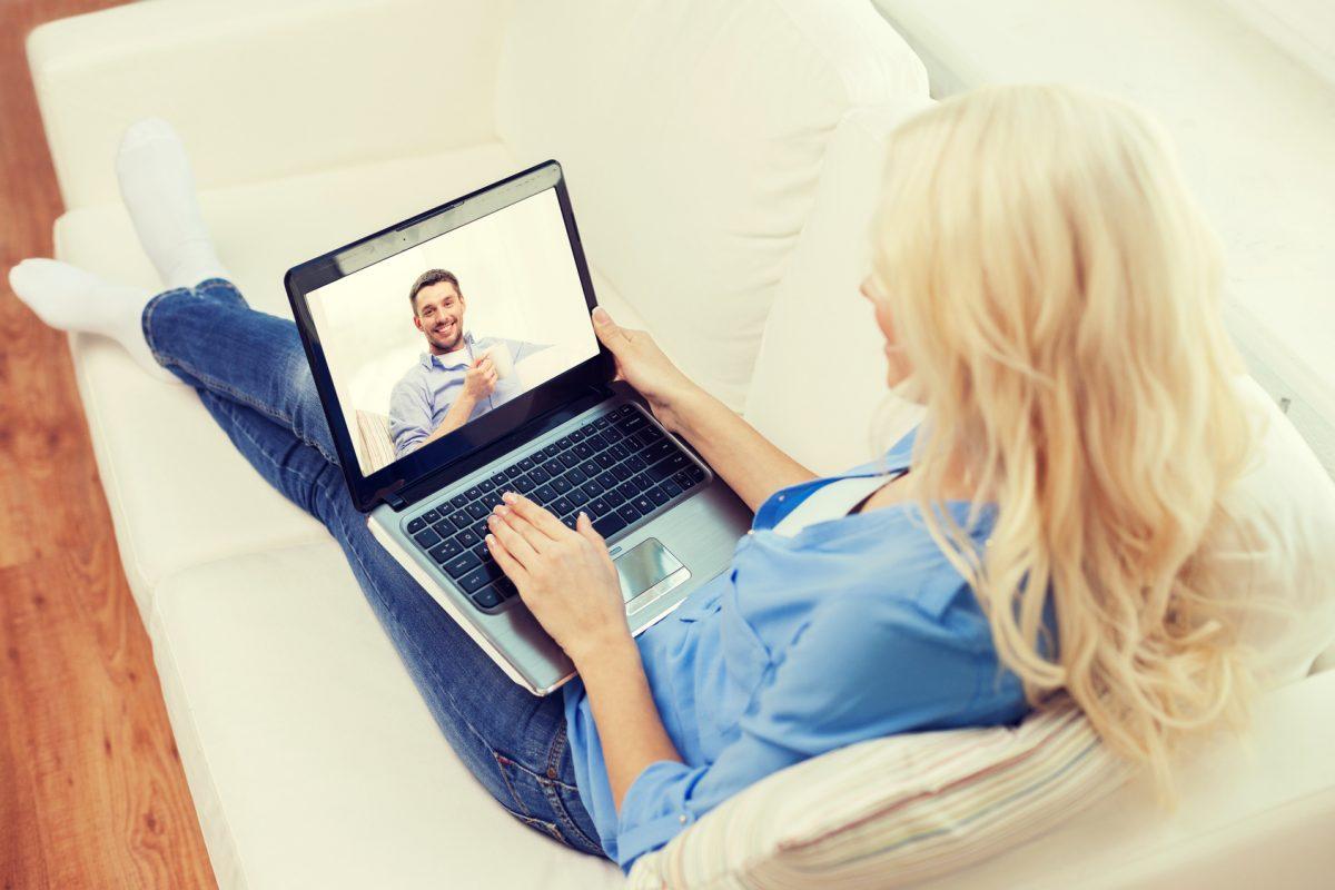 para w związku na odległość rozmawia przez skype (wideorozmowa)