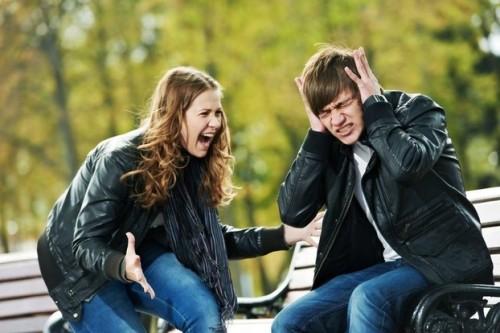 Парень наказывает свою девушку за плохое поведение