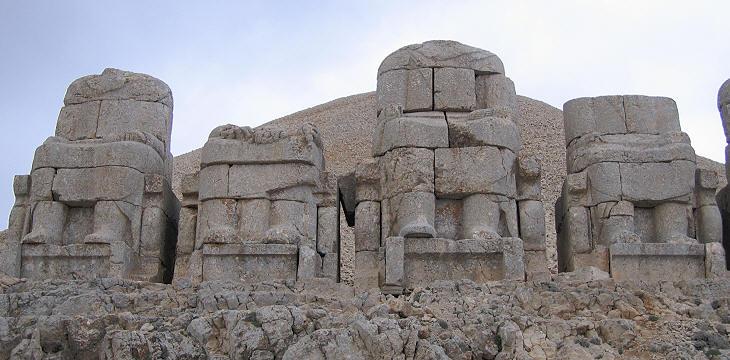 Terraza del este: los dioses en sus tronos