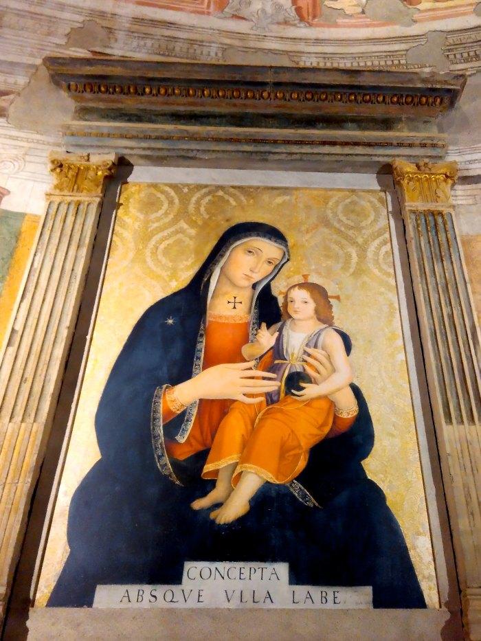 La pala d'altare della Cappella Bessarione era un dipinto su tavola di Madonna con Bambino in una cornice marmorea