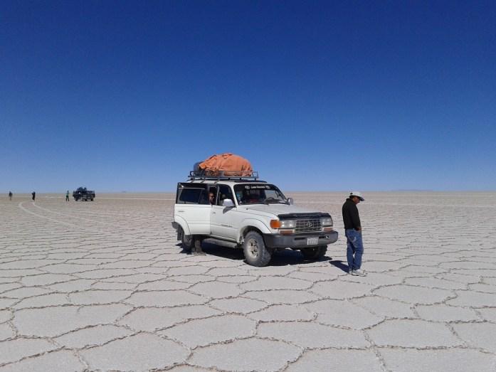 Nuestra 4x4 Landcruiser en medio del Salar del Uyuni, Bolivia, 2014 | rominitaviajera.com