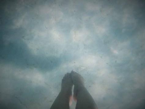 Mis pies bajo el agua en Sok San Long Beach en Ko Rong, Camboya, 2015