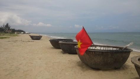Barquitas caracol en la playa, Hoi An, Vietnam, 2015