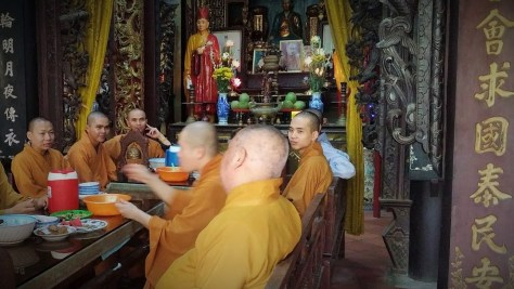 Monjes conversando en la Pagoda Chua Ving Trang, Vietnam, 2015