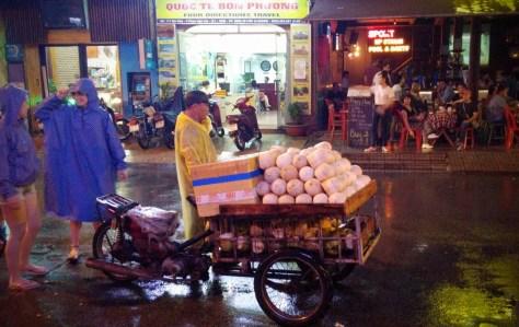 Vendedor ambulante, Calle Bui Vien, Ho Chi Minh, Vietnam, viaje 2015