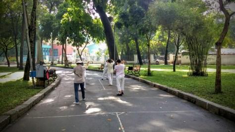 Vietnamitas practicando yoga, Ho Chi Minh, Vietnam, viaje 2015