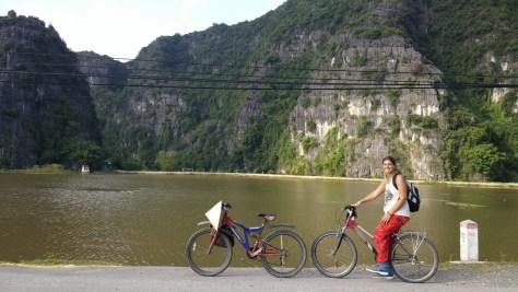 @rominitaviajera montando en bicicleta, Tam Coc, Vietnam, 2015