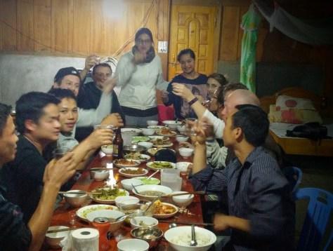 Brindando con vino de arroz en la casa de la familia, Lao Chai, Vietnam, 2015