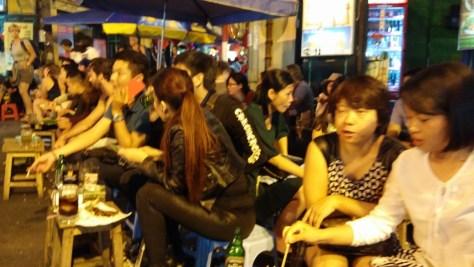 Vietnamitas comiendo a pie de calle, Hanoi, Vietnam, 2015