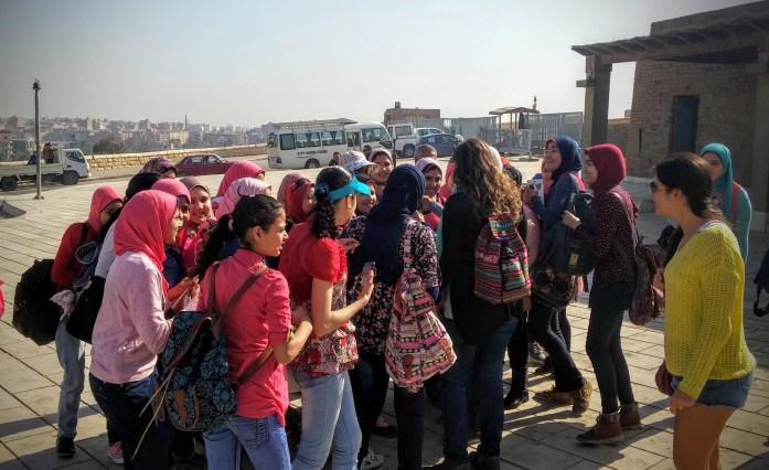 @rominitaviajera charlando con niñas egipcias, Giza, El Cairo, Egipto, marzo 2016 | viajarcaminando.org