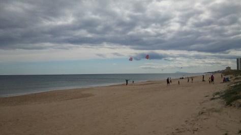 Volando cometas, Playa del Rey, Mareny de Barraquetes, Valencia, España, marzo 2016