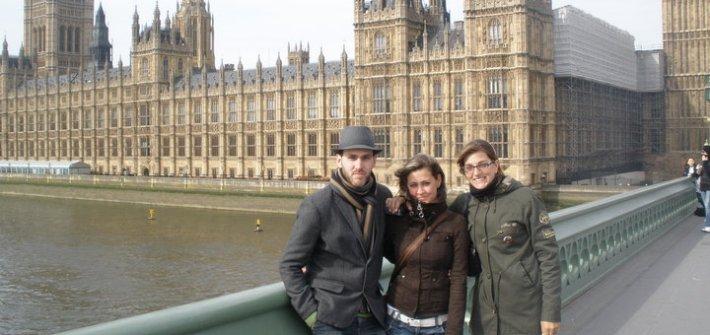 @rominitaviajera y sus hermanos delante del Parlamento y el Big Ben, Londres, Inglaterra | viajarcaminando.org