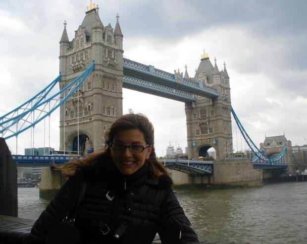 @rominitaviajera delante del Tower Bridge, Londres, Inglaterra, abril 2010 | viajarcaminando.org