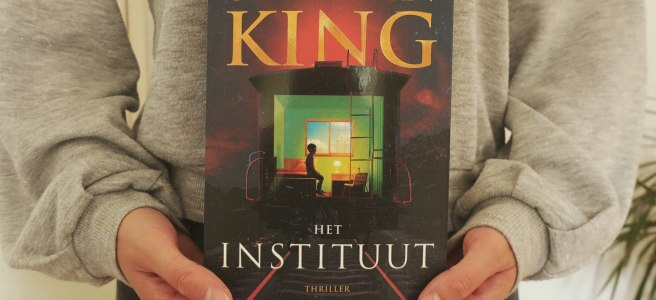 hands holding Stephen King het instituut book