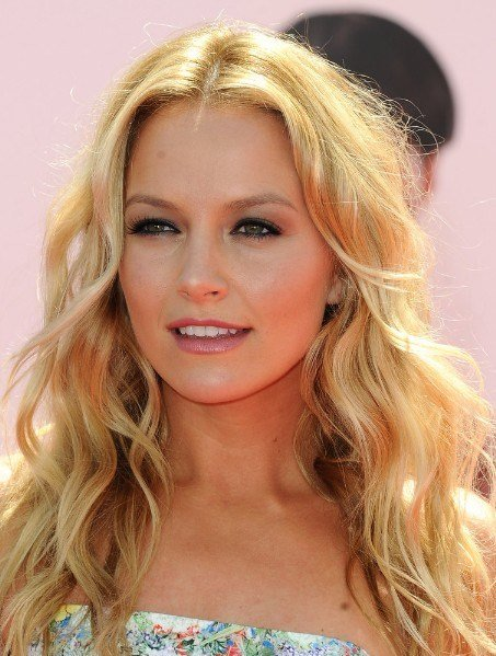 The Best Casual Middle Parted Long Blonde Hairstyle With Loose Waves Pictures