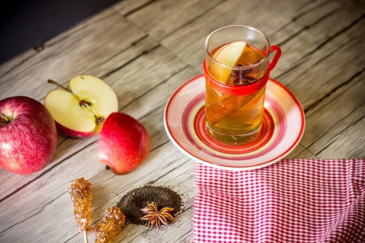 Teeglas mit Apfelpunsch und Igwer