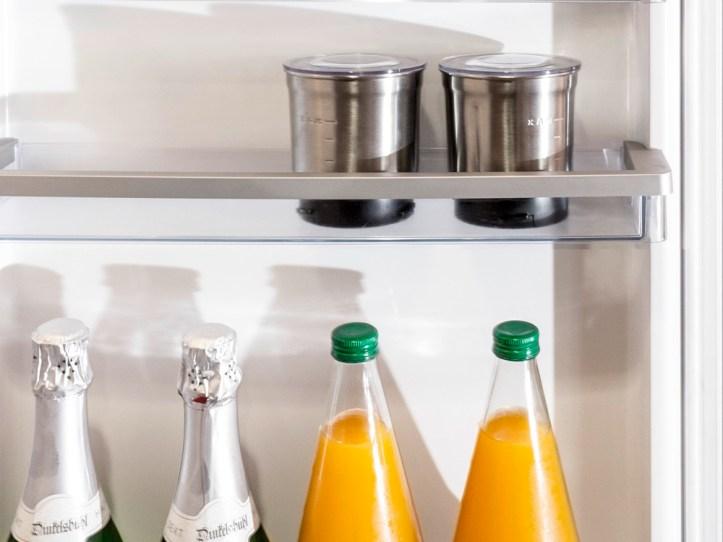 Mandelmus im Behälter im Kühlschrank