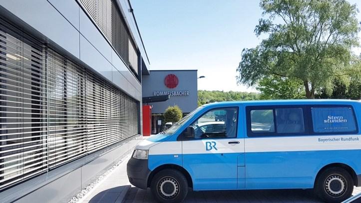 Auto des Bayerischen Rundfunks vor Firma Rommelsbacher