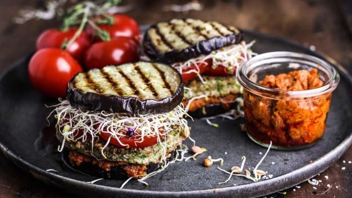 Zwei Auberginen Burger mit Sprossen und bunter Deko