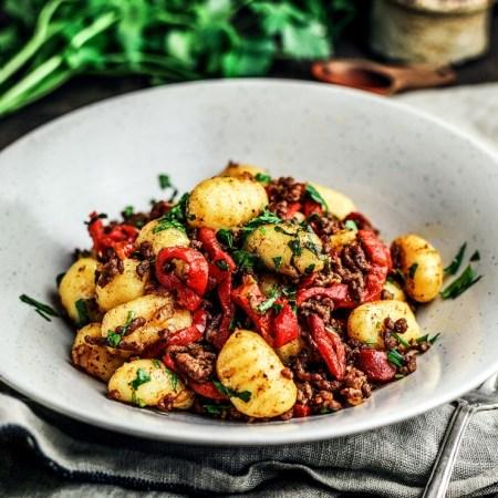 Teller mit Gnocchi und Paprika Hackfleisch Gericht, bunt, Rezept