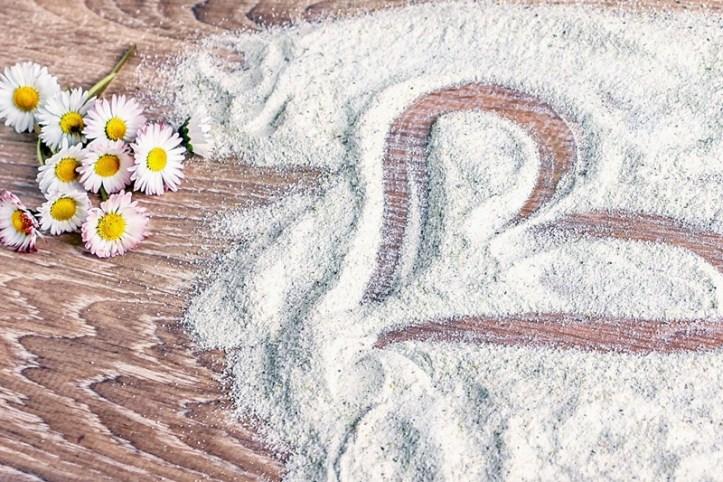 Herz in selbstgemachten Gaensebluemchenzucker gemalt
