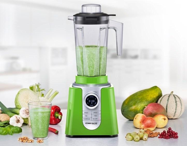 Grüner Hochleistungsmixer ROMMELSBACHER MXH mit Gemüse und Obst und grüner Smoothie