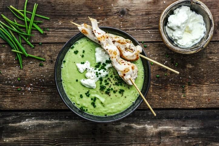 grüneGurken-Avocado-Supper-mit-Haehnchenspiess-Rommelsbacher-kalte-Suppe-im Standmixer