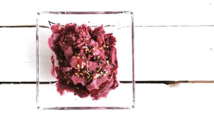 Heidelbeer-Eis-aus-der-Eismaschine-Kurt-in-Glasschale. Von oben fotografiert.