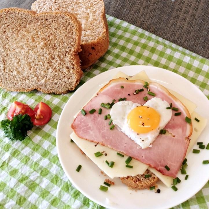 Selbstgebackener Dinkeltoast mit Schinken Kaese und Ei serviert //  Rezept zur Kinderzeche - der Dinkelsbühler Dinkeltoast