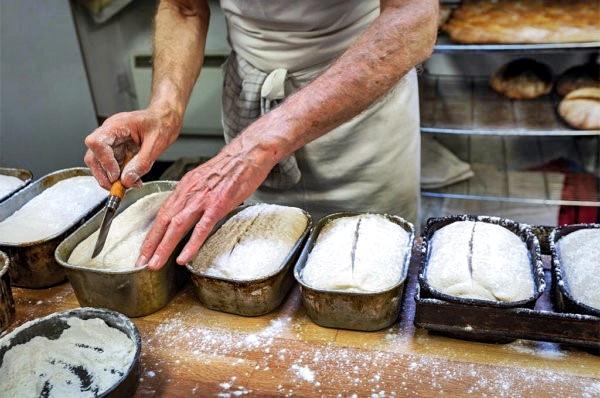 Farmers Bread - englisches Bauernbrot wird in der Bäckerei hergestellt