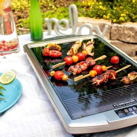 Ceran Grill mit bunten Spießen im Garten - Glaskeramik Grill