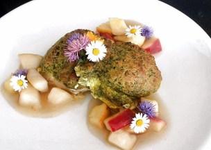Fischfilet mit Kräuterkruste, auf Obst mit Blüten