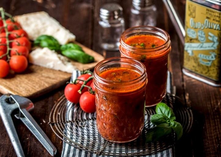 Tomatensoße im Glas. Vorratshaltung unter Vakuum mit Rommelsbacher Vakuumierer. Mealprepping heißt Vorkochen & mehr