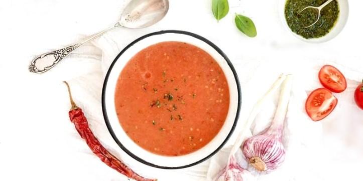 Ein Teller Gazpacho Sorbet aus der Eismaschine - Rezept und Bild: Kochmit.de