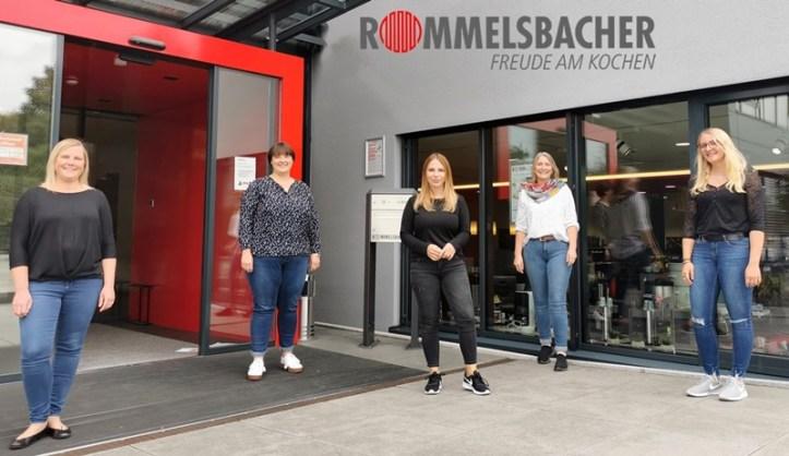 Das Team vom Rommelsbacher Kundenservice - am Firmeneingang.