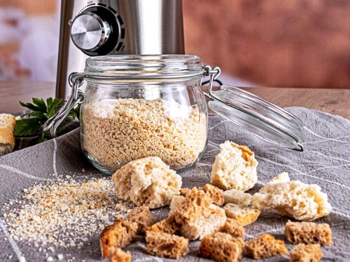 Semmelbrosel aus dem Standmixer - Paniermehl selbstgemacht - Rommelsbacher Blogbeitrag: 7 Rezepte um altes Brot zu verwerten - Expedition Vorratsschrank 1