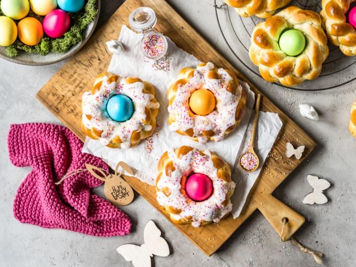 Osternester aus Hefeteig - Hefekränze mit bunten Eiern - selbstgebacken - Rezept von Rommelsbacher