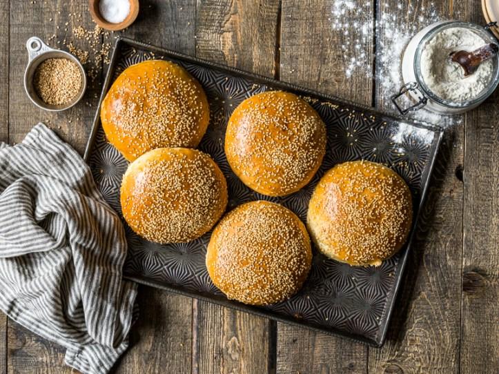 Burger Buns backen - Hamburger Brötchen mit Sesam - Unser liebstes Burger Brötchen Rezept - Rommelsbacher