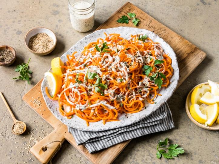 Spirial-Karottensalat mit Tahini Dressing -