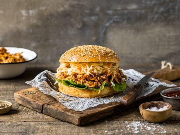 Pulled Chicken Burger mit Krautsalat und selbstgemachten Burger Brötchen - Rommelsbacher MeinHans Rezept