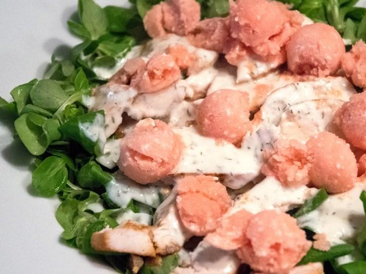 Meloneneis mit Feta auf Feldsalat mit Hühnchen.  Rezepte für: Melonen-Feta Eis und Meloneneis mit Joghurt & Minze